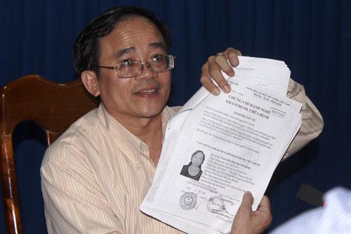 Ông Lê Tấn Phùng, Chủ tịch Hội đồng Chuyên môn của Sở Y tế tỉnh Khánh Hòa, trình ra chứng chỉ hành nghề của bác sĩ Nguyễn Thị Thanh Bình Ảnh: KỲ NAM