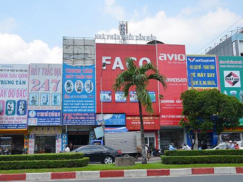 """Những tấm biển quảng cáo """"quá khổ"""" trên đường Trường Sơn, quận Tân Bình, TP HCM Ảnh: Tấn Thạnh"""