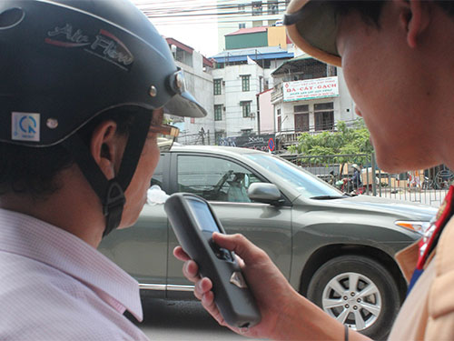 Cán bộ, công chức vi phạm luật giao thông nhưng không nộp phạt theo quy định sẽ bị trừ lương Ảnh: ĐỖ DU