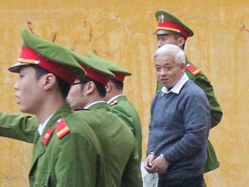 Dẫn giải bị cáo Nguyễn Đức Kiên sau phiên tòa ngày 8-12