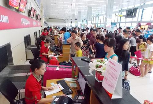 Tăng phí có thể dẫn đến tăng giá vé hàng không. Trong ảnh: Hành khách làm thủ tục ở sân bay Nội Bài