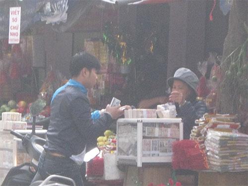 Tiền lẻ được bày trong tủ kính với đủ loại mệnh giá ở cổng chùa Hà, TP Hà Nội Ảnh: HÀ PHƯƠNG