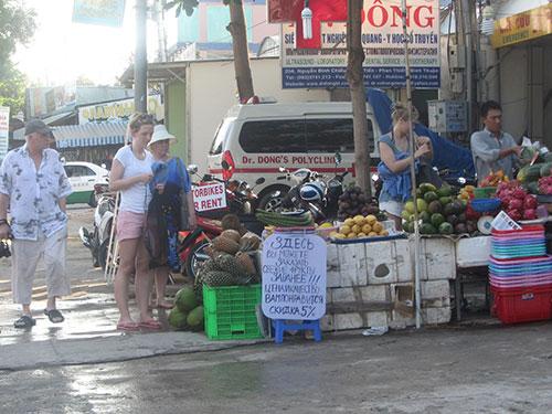Du khách mua sắm ở khu du lịch Hàm Tiến, TP Phan Thiết, tỉnh Bình Thuận Ảnh: BẠCH LONG