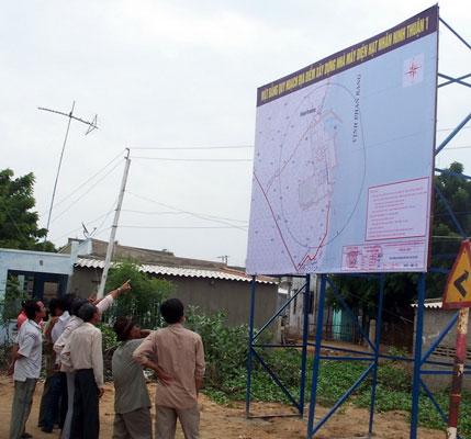 Người dân xem bản đồ quy hoạch địa điểm xây dựng Nhà máy Điện hạt nhân Ninh Thuận 1