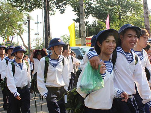 Thanh niên TP HCM lên đường nhập ngũ Ảnh: PHAN ANH