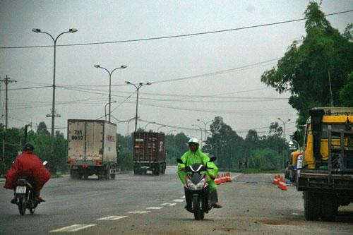 Từ 9 giờ 10 phút đến 12 giờ ngày 11-9, xe tải vô tư đi qua trạm cân ở Quảng Nam vì không có lực lượng chức năng làm nhiệm vụ Ảnh: QUANG VINH