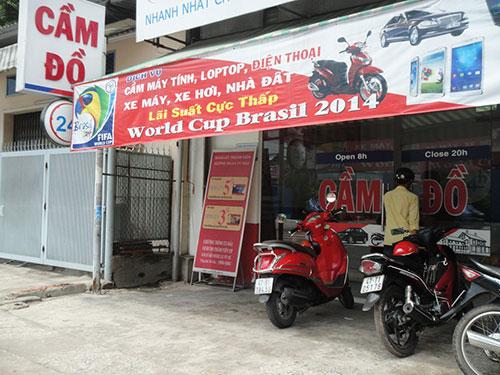 Một tiệm cầm đồ trên đường Hoàng Hoa Thám, quận Tân Bình, TP HCM ăn theo World CupẢnh: LÊ PHONG