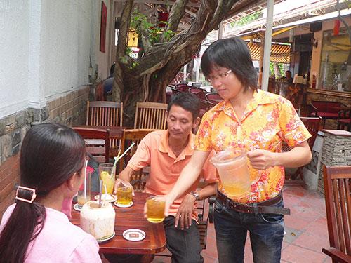 Cử nhân sư phạm Nguyễn Kim Tiền sau khi ra trường không xin được việc làm phải đi chạy bàn cho quán cà phê ở An Giang Ảnh: Thanh Vân