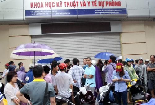 Người dân chờ đợi nhiều giờ trước một điểm tiêm chủng vắc-xin dịch vụ ở Hà Nội