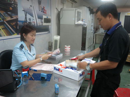Cán bộ hải quan TP HCM làm thủ tục xuất nhập khẩu hàng cho doanh nghiệp