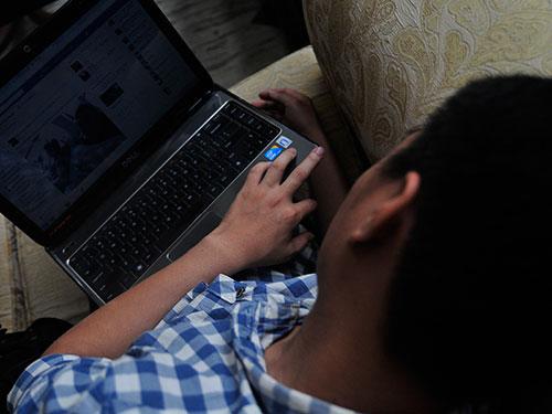 Vào internet suốt đêm đang là sở thích của nhiều bạn trẻ Ảnh: MẠNH DUY
