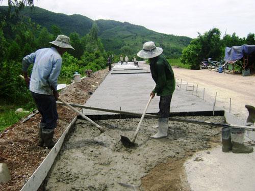 Con đường bê-tông do thương binh Ngô Văn Nhặt vận động xây dựng ở tỉnh Phú YênẢnh: HỒNG ÁNH
