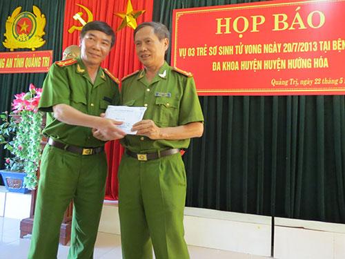 Đại diện Cục CSĐT tội phạm về trật tự xã hội - Bộ Công an (trái) trao thưởng cho đại diện Công an tỉnh Quảng Trị