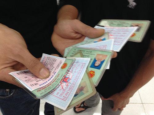 Hành khách cầm xấp vé mua từ cò Sang đến ga Sài Gòn sửa giùm người quen