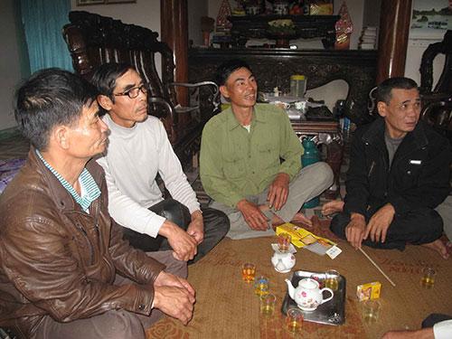 Ông Nguyễn Hồng Cầu (thứ 2 từ phải sang) sau khi được  cơ quan chức năng xin lỗi