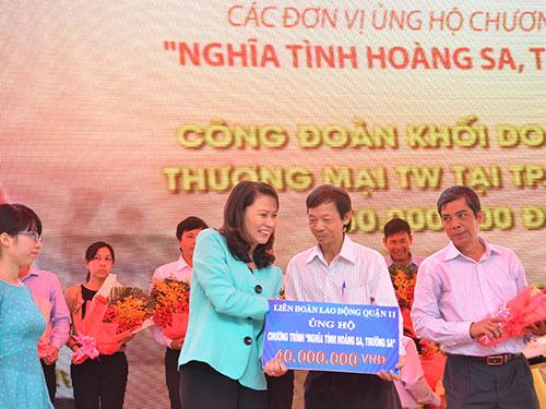"""Bà Nguyễn Thị Thu. Chủ tịch LĐLĐ TP HCM, tiếp nhận tiền ủng hộ chương trình """"Nghĩa tình Hoàng Sa - Trường Sa"""" từ các Công đoàn cấp trên cơ sở Ảnh: TẤN THẠNH"""
