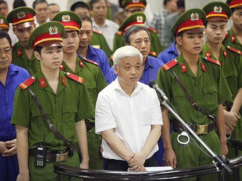 Bị cáo Nguyễn Đức Kiên (hàng đầu) tại phiên tòa ngày 9-6 Ảnh TTXVN