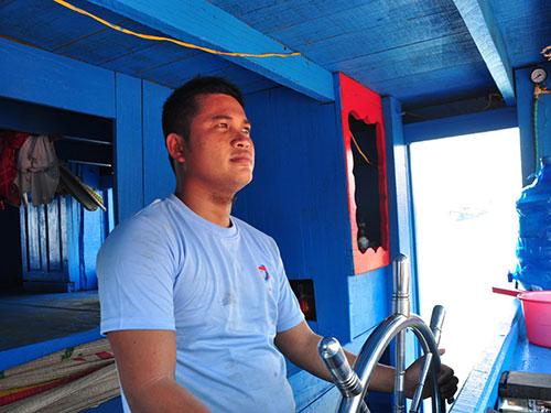 """Ngư dân Bùi Văn Phải, thuyền trưởng tàu QNg 96149 TS (tàu được Quỹ Tấm lòng vàng Người Lao Động trao tặng), cho biết: """"Sẽ ra Hoàng Sa đánh bắt, giữ ngư trường, biển đảo của Tổ quốc"""""""