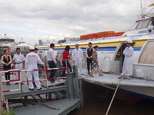 Khách tham quan con tàu mới sửa chữa chiều 21-12