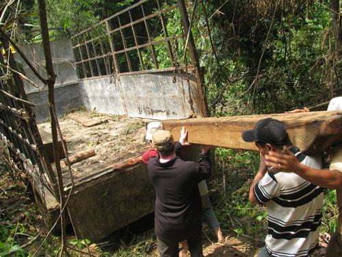 Đưa gỗ tang vật về Trạm Kiểm lâm Dốc Kiềng (tỉnh Quảng Nam)Ảnh: CÔNG THÀNH