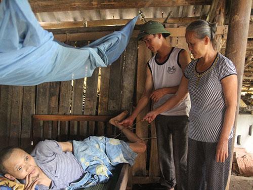 Đã 20 năm nay anh Hoàng Văn Thành phải sống với sợi dây xích