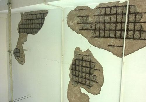 Trần nhà khu nhà kỹ thuật nghiệp vụ Bệnh viện Đa khoa tỉnh Cà Mau đổ sập (ảnh trên) và tường nhà bong tróc, trơ cốt sắt, gỉ sét