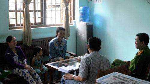 """Ông Phạm Ngọc Nhứt (x) tha thứ cho vợ sau khi nghe giải thích vụ """"bị cướp"""" tại gia đình ông"""