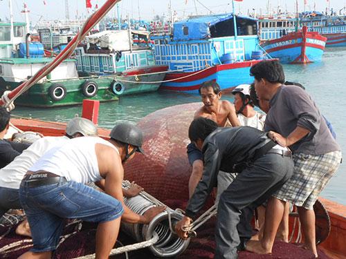 Dù gặp khó khăn nhưng ngư dân huyện đảo Lý Sơn vẫn ngày ngày vươn khơi Ảnh: VĂn Mịnh
