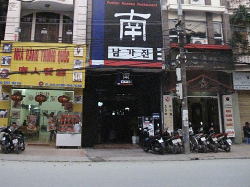 Biển hiệu chữ nước ngoài trên phố ở Hải PhòngẢnh: TRỌNG ĐỨC