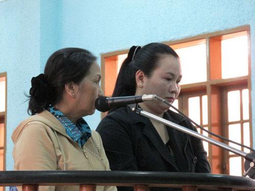 Bị cáo Phượng (bìa phải) tại tòa