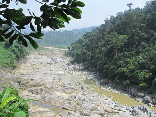 Những đoạn sông ở bến Giằng, huyện Nam Giang, tỉnh Quảng Nam khô cạn trong mùa nắng do lượng mưa thấp Ảnh: HOÀNG DŨNG
