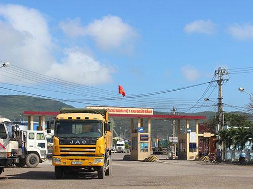 Xe 77C-044.01 sau khi được xếp hàng quá tải, bắt đầu rời cảng Quy Nhơn