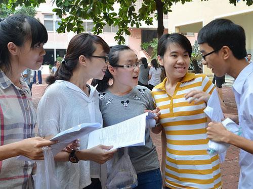 Các thí sinh sau buổi thi ĐH tại cụm Trường ĐH Ngoại thương (cơ sở 2) vào tháng 7-2014 Ảnh: TẤN THẠNH