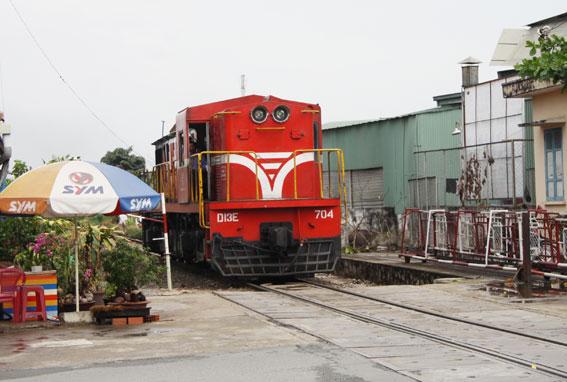 Một đầu kéo từ Ga Sài Gòn lên Ga Biên Hòa để kéo đoàn tàu TN2 về lại Ga Dĩ An.