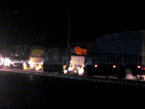 Đoàn xe quá tải nối đuôi nhau qua Trạm Kiểm tra tải trọng xe lưu động tỉnh Thừa Thiên - Huế lúc 22 giờ ngày 22-7