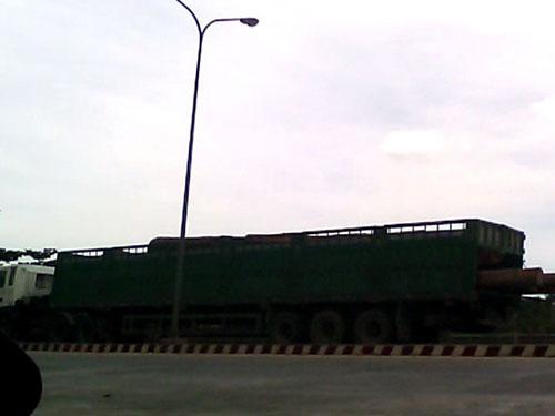 Một xe chở gỗ sau cả buổi sáng chờ đợi đã qua được Trạm Kiểm tra tải trọng xe lưu động tỉnh Thừa Thiên - Huế lúc 11 giờ 30 phút ngày 22-7