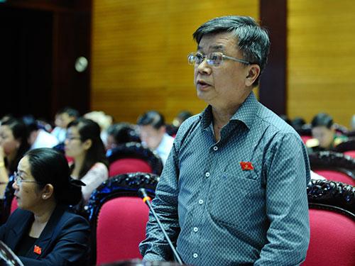 """ĐB Trương Trọng Nghĩa (TP HCM) đặt vấn đề về thực trạng nhà đầu tư nản lòng trước """"rừng"""" văn bản hướng dẫn Ảnh: THẾ DŨNG"""