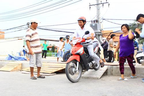 Mỗi lần qua dải phân cách, người đi xe máy tốn 2.000 đồng