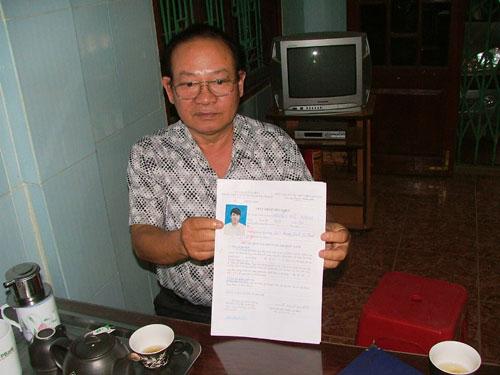 Ông Mai Quý Khiêm cùng giấy chứng nhận sức khỏe của người đã chết 9 năm