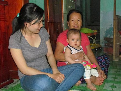 Bà Nguyễn Thị Đài và con dâu Phạm Thị Nghĩa vững tin vào những người thân đang làm nhiệm vụ ở Hoàng Sa