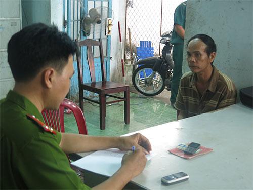 Ông Nguyễn Văn Thanh (phải) tại cơ quan công an