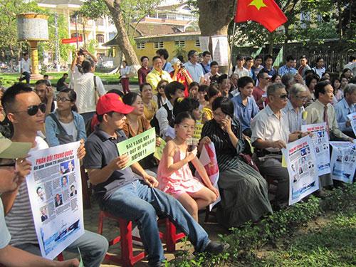 Văn nghệ sĩ, sinh viên tỉnh Thừa Thiên - Huế mít tinh phản đối Trung Quốc Ảnh: QUANG TÁM