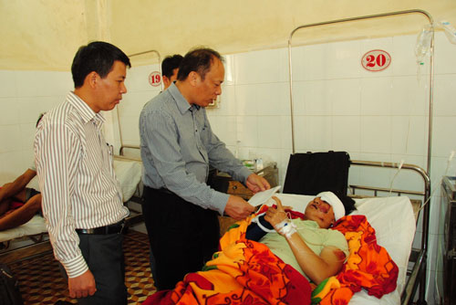 Ông Nguyễn Trọng Thái, Chánh Văn phòng Ủy ban An toàn giao thông quốc gia, trao tiền hỗ trợ cho nạn nhân Ảnh: CAO NGUYÊN