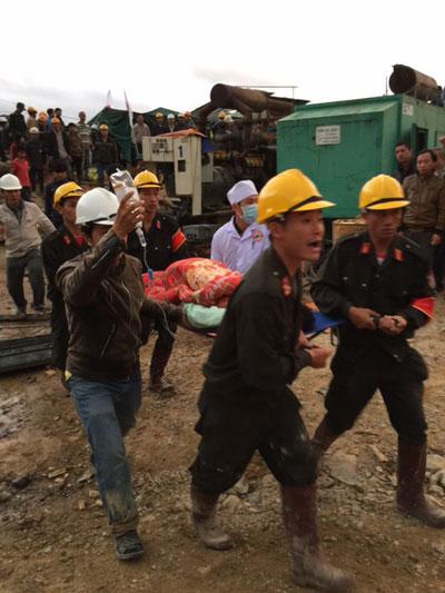 16 giờ 30 phút này 19-12, lực lượng cứu hộ bắt đầu đưa các nạn nhân ra ngoàiẢnh: TRẦN ĐÌNH LÝ