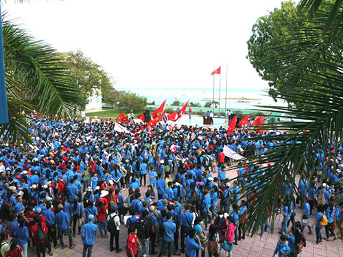 Sinh viên Trường ĐH Nha Trang tham gia mít tinh phản đối Trung Quốc. Ảnh: KỲ NAM