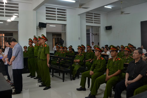 Tử tù Dương Chí Dũng (ngồi, bìa phải) nghe tòa tuyên án thuộc cấp của mình