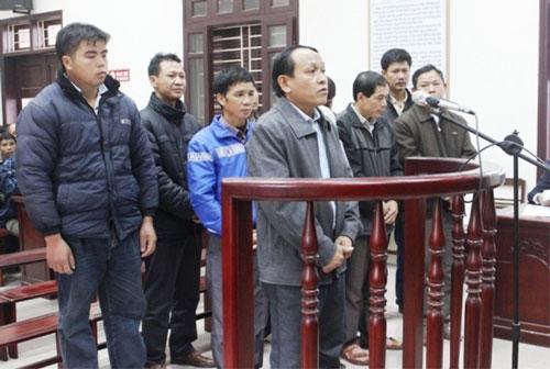 Các bị cáo tại phiên tòa. Lương Quý Hội là người đứng bên trái, hàng đầu