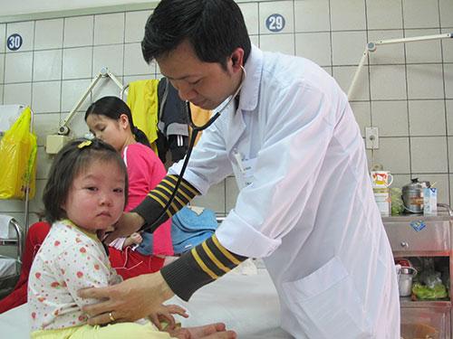 Điều trị cho trẻ mắc bệnh sởi tại Bệnh viện Bạch Mai