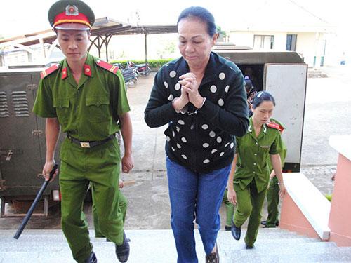 Bị cáo Cao Bạch Mai được giải đến tòa