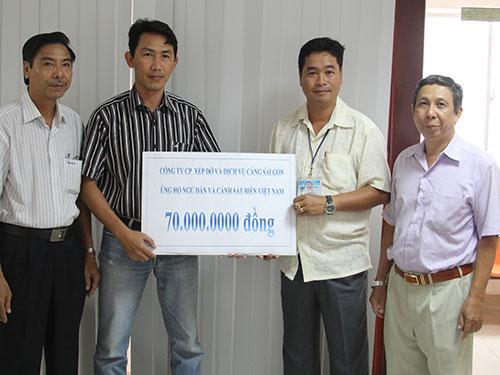 Ông Nguyễn Quốc Hưng (thứ hai từ phải sang) trao tiền ủng hộ ngư dân và các chiến sĩ đang làm nhiệm vụ ở Hoàng Sa Ảnh: Sỹ Đông
